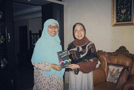 Gen AMPM Kalimantan Timur menyerahkan buku Gelombang Ke 3 kepada Prof. Aji Ratna